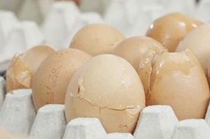 Поврежденная скорлупа яйца в магазине