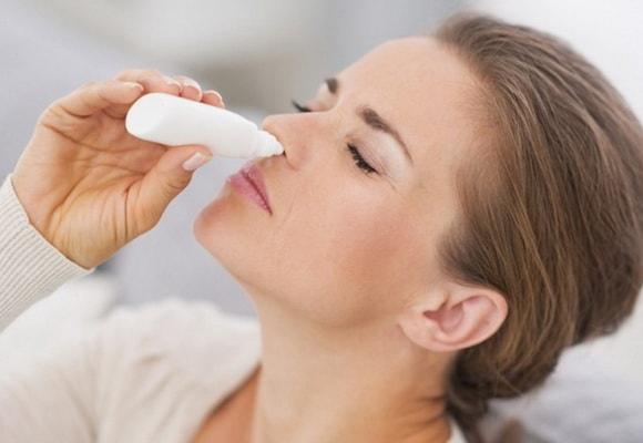 Девушка закапывает в нос