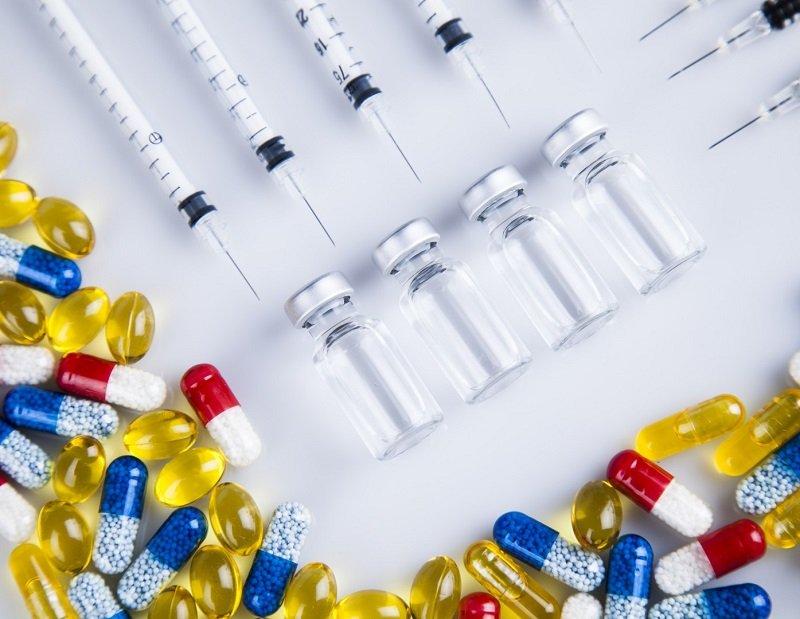 Антибиотики необходимо принимать строго по инструкции, передозировка чревата развитием осложнений.