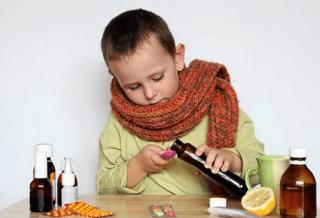 Ребенок играется с лекарствами