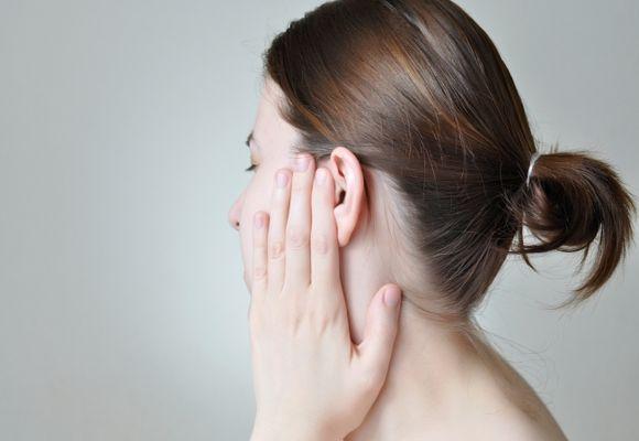 девушка трогает ухо
