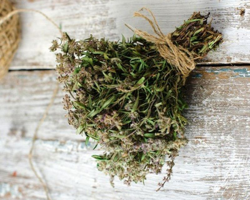 Траву можно сушить, связывая в небольшие пучки и развешивая на веревках или гвоздях под потолком