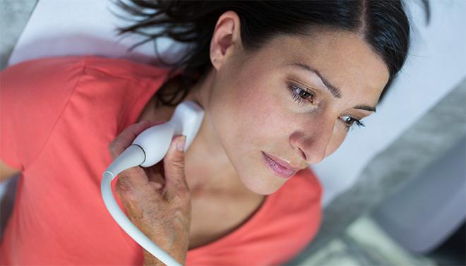 Проверяют щитовидную железу при помощи узи