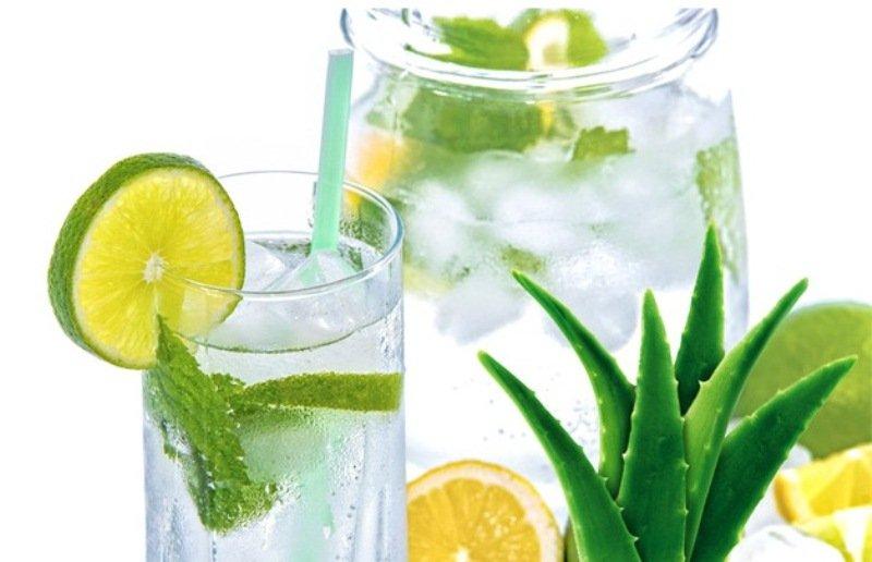 Если сок алое с лимоном разбавить с водой и добавить немного льда, то получится приятный и полезный прохладительный напиток