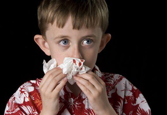 Ребенок вытирает нос платком