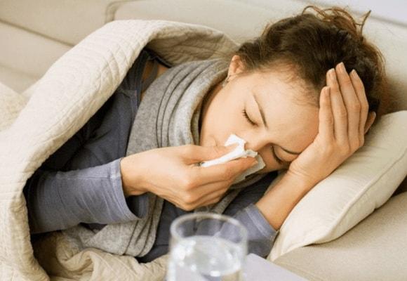 Девушка в постели с лекарствами