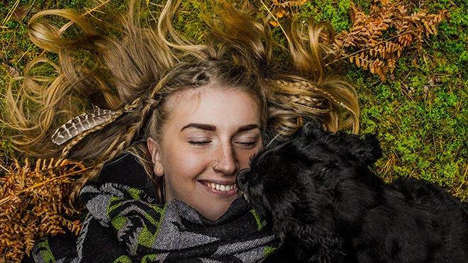 Веселая девушка с собакой