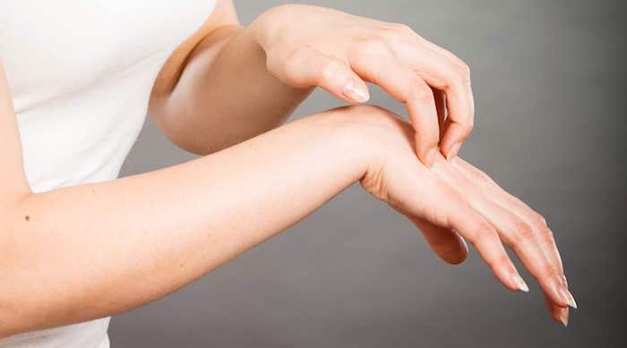 расчесывать руку