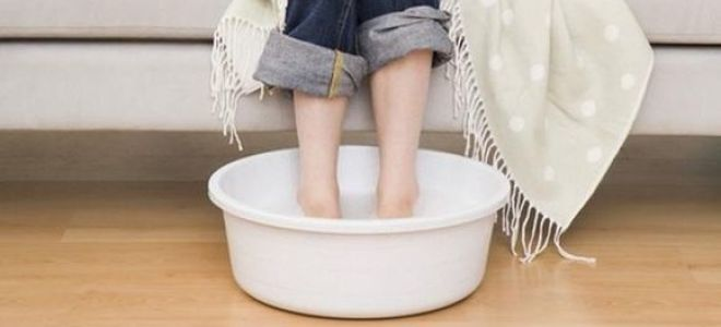 Как правильно парить ноги взрослому и ребенку при насморке