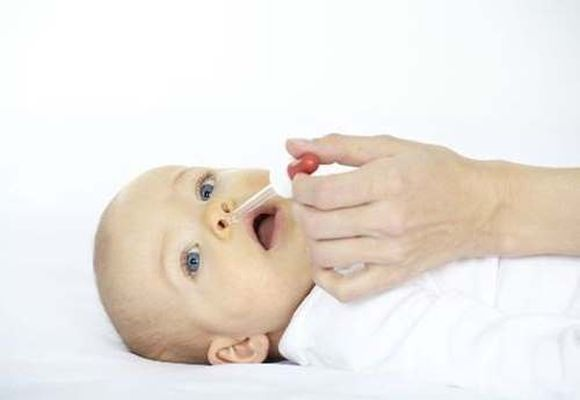 малышу капают нос