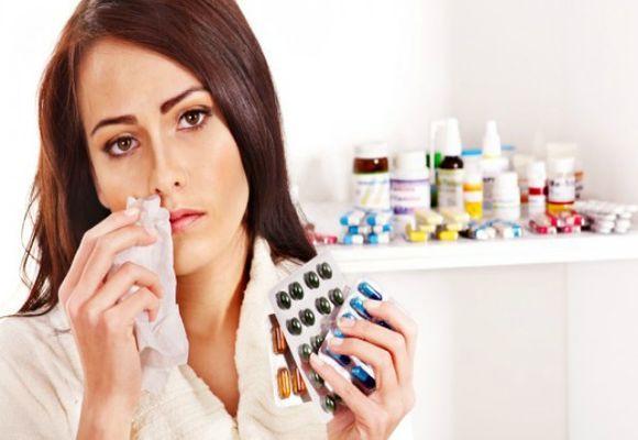 Девушка держит в руке лекарства