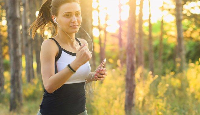 Спорт - бег в лесу