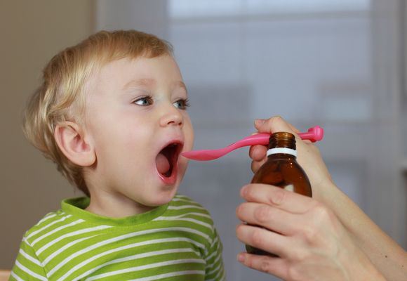 ребенку дают лекарство ложкой