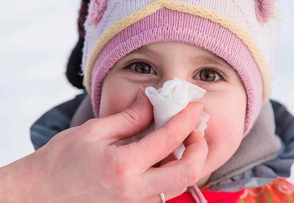 малышу вытирают нос