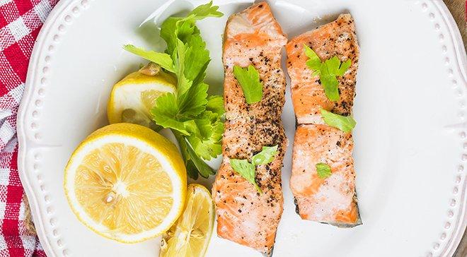 Рыба и лимон на тарелке. Омега 3