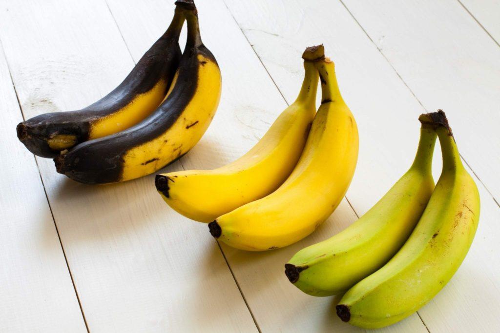 Коричневые, желтые и зеленые бананы