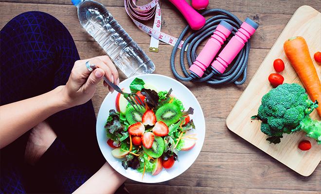 Девушка ест фрукты. Здоровое питание, спорт, чистая вода