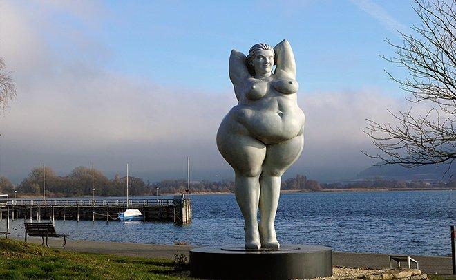 Статуя женщине в весе
