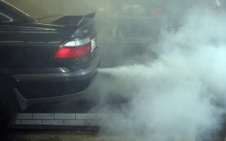 Незаглушенный двигатель в гараже