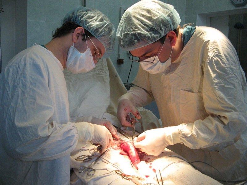 Несомненным плюсом операции является долгосрочность результата – буквально до конца жизни, в то время как терапия требует постоянного повторения курса лечения, а результаты хирургического вмешательства со временем становится не столь впечатляющими.