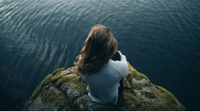 Девушка у озера