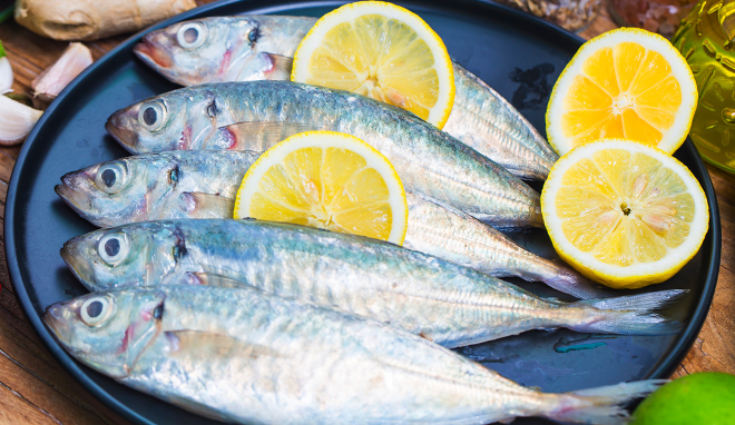 морская рыба на сковородке с лимоном