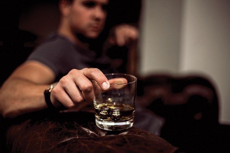 Широко известно, что значительные дозы крепкого алкоголя могут негативно повлиять на сексуальное возбуждение мужчины, склонить его в сон или вызвать приступ рвоты.