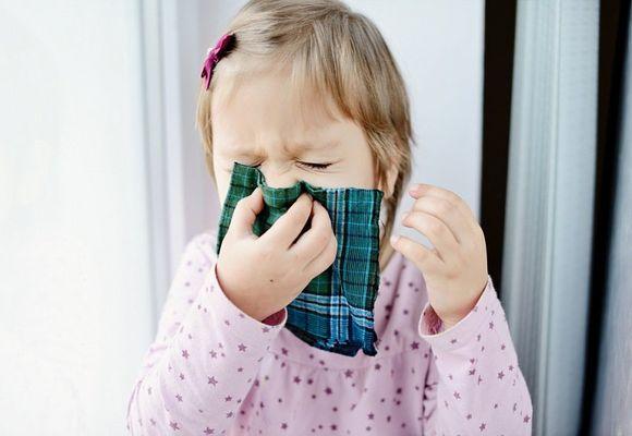 Девочка высмаркивается в носовой платок
