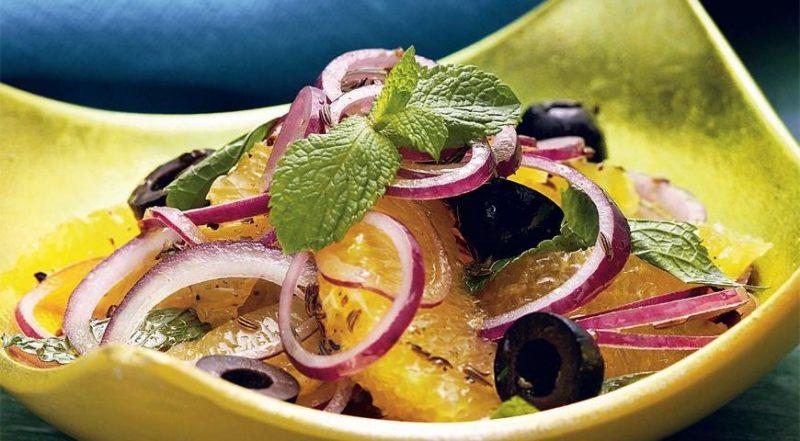 Один из самых простых способов употребления лука - это салат
