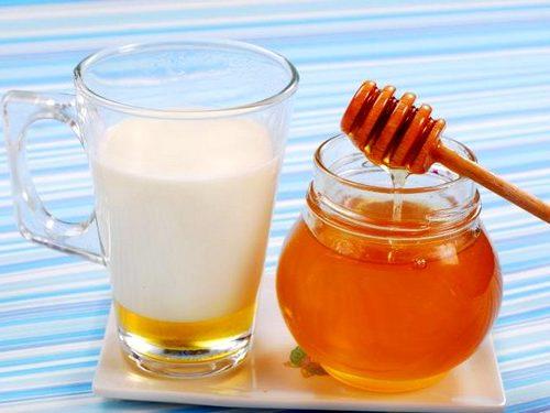 Молоко с мёдом восстановят кишечные функции