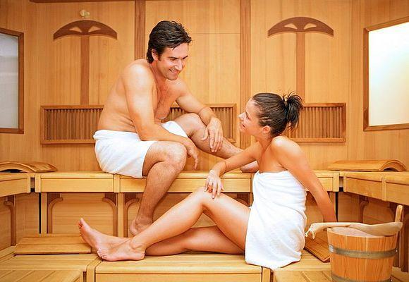 Девушка и парень в сауне