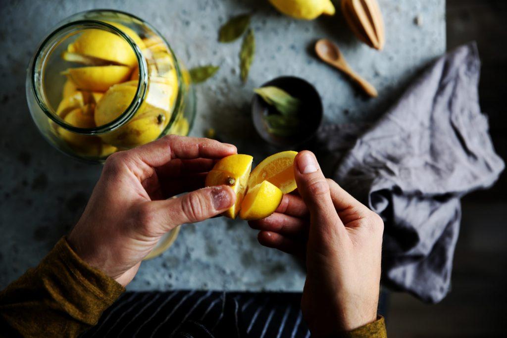 Приготовление маринованных лимонов