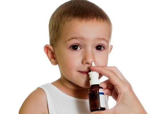 ребенку закапывают в нос