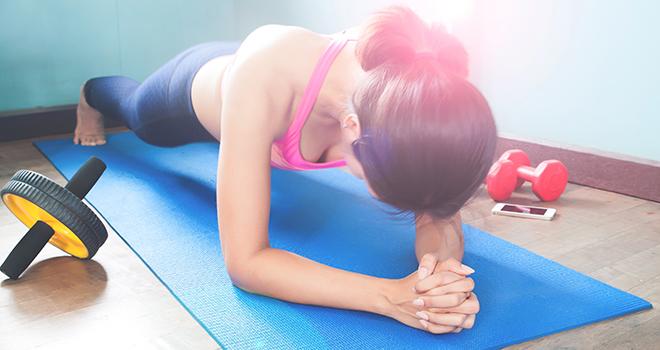 Йога, спорт. Женщина делает планку