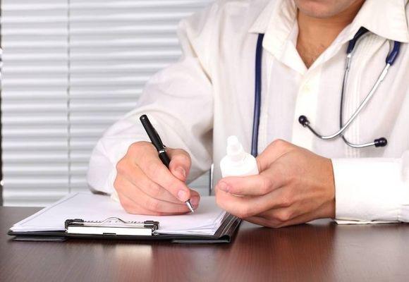 доктор назначает лекарство