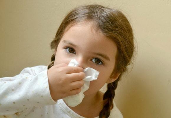 Девочка с носовым платком